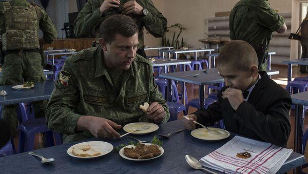 Aleksandr Zakharchenko durante una visita ad una scuola di Gorlovka - Sputnik Italia
