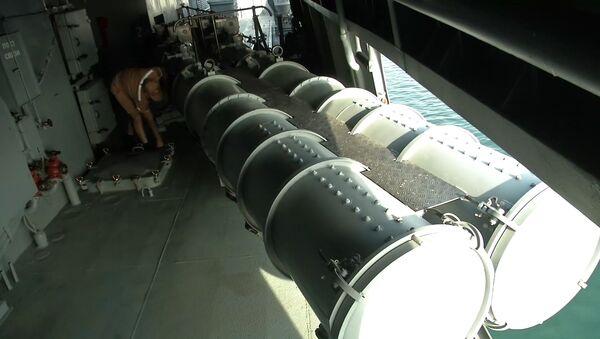 Торпедный аппарат на сторожевом корабле Адмирал Григорович. Крейсер Адмирал Кузнецов и СКР Адмирал Григорович впервые задействованы в операции в Сирии - Sputnik Italia