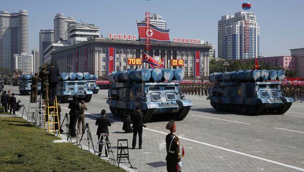 Участники парада в честь дня КНДР в Пхеньяне - Sputnik Italia