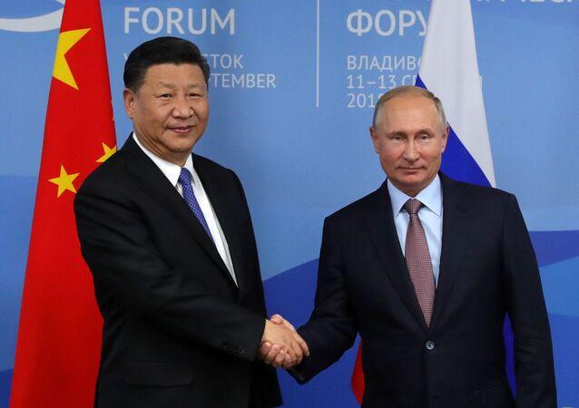 Il presidente russo Vladimir Putin e il suo omologo cinese Xi Jinping durante l'incontro ai margini del quarto Forum economico orientale.