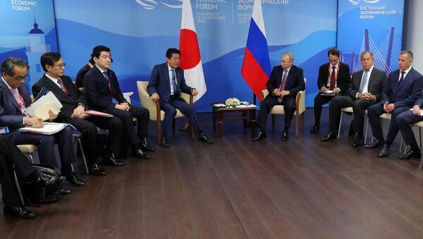 Putin e Abe al forum di Vladivostok - Sputnik Italia