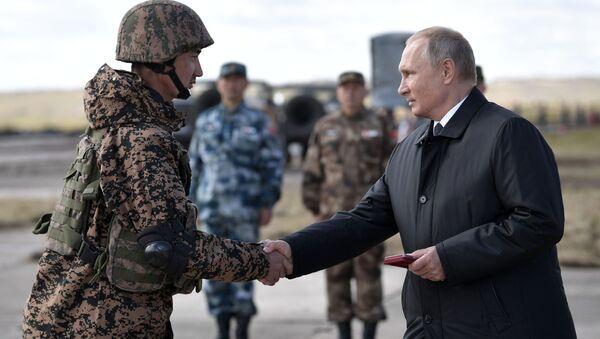 Vladimir Putin alle manovre militari Vostok-8 - Sputnik Italia
