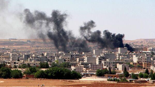 Fumo da un palazzo bombardato a Kobane - Sputnik Italia