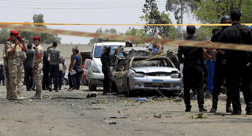 La polizia e le forze armate vicino alla macchina esplosa del procuratore generale Hisham Barakat, Cairo