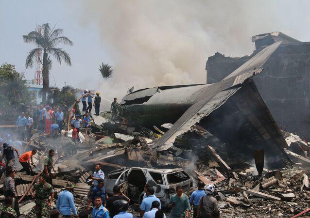 Un aereo da trasporto militare è precipitato su un quartiere residenziale, provocando la morte di almeno 38 persone, Indonesia.