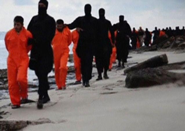 Jihadisti del Daesh portano gli ostaggi ad esecuzione
