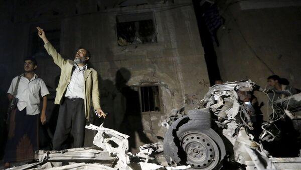 Il luogo dello scoppio dell'autobomba che nella notte scorsa ha scosso la capitale dello Yemen. - Sputnik Italia