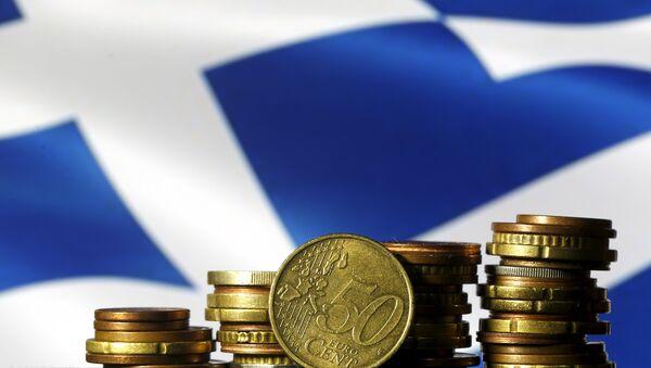Monete in euro davanti alla bandiera greca - Sputnik Italia