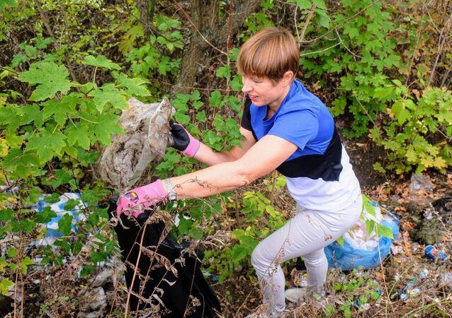 Il presidente estone Kersti Kaljulaid ha preso parte alla pulizia di un parco della città ucraina di Dnipro