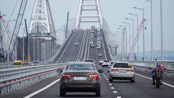 Автомобильное движение по автодорожной части Крымского моста - Sputnik Italia