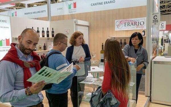 Degustazioni di vino presso uno degli stand del padiglione italiano a World Food Expo - Sputnik Italia
