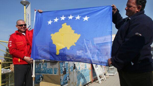 Residents of Pristina holding a new flag of the self-proclaimed republic of Kosovo - Sputnik Italia