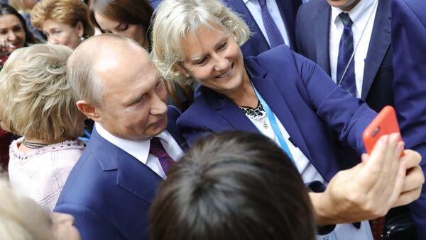 Putin parla al secondo Forum eurasiatico delle donne - Sputnik Italia