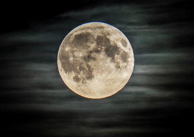 La Luna piena, Mosca