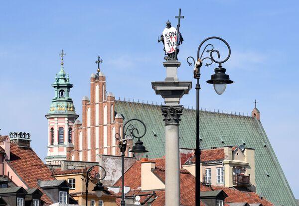 Il monumento del re polacco Sigismund III a Varsavia coperta con un telo con la scritta Costituzione - Sputnik Italia