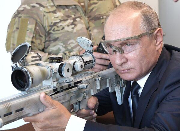 Il presidente russo Vladimir Putin prova a fucilare con il fucile a cannocchiale Chukavin durante la sua visita alla Kalashnikov. - Sputnik Italia