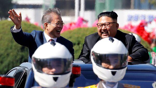 Il presidente sudcoreano Moon Jae-in e il leader della Corea del Nord Kim Jong Un durante una parata automobilistica a Pyongyang, Corea del Nord. - Sputnik Italia