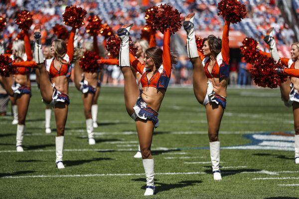 Le ragazze sopportano la squadra calcistica Denver Broncos a Denver, USA. - Sputnik Italia
