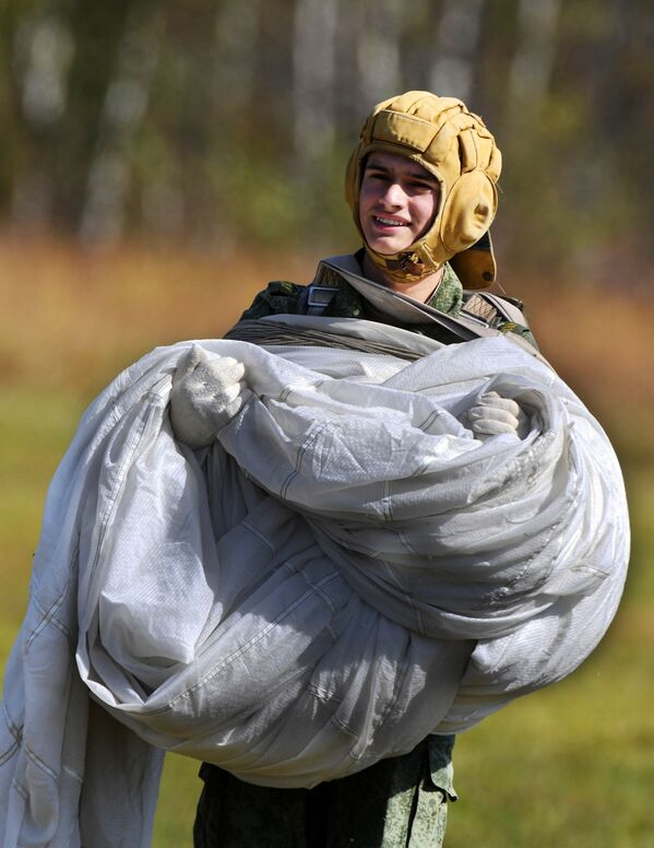 Allievi delle scuole militari fanno il primo salto con il paracadute. - Sputnik Italia