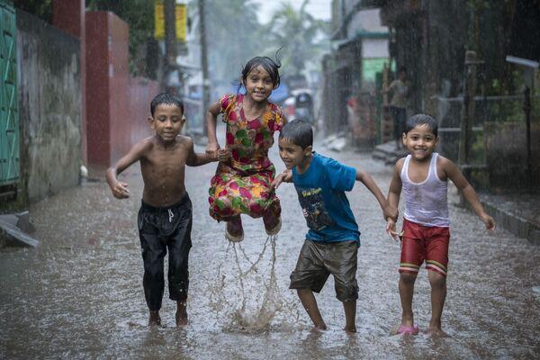 Foto 'Happiness on a Rainy Day (felicità in un giorno di pioggia)' del fotografo bengalese Fardin Oyan, vincitore della nomination 'Young Environmental Photographer of the Year' al Environmental Photographer of the Year 2018. - Sputnik Italia