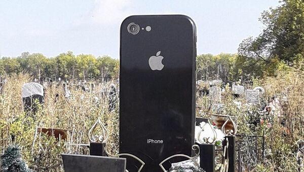 Nel cimitero di Ufa c'è una lapide a forma di iPhone - Sputnik Italia