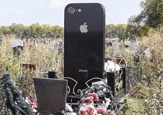 Nel cimitero di Ufa c'è una lapide a forma di iPhone