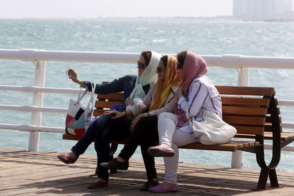 Turiste nell'isola di Kish nel Golfo Persico