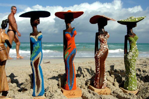 Vendita di souvenir sulla spiaggia di Varadero, Cuba - Sputnik Italia