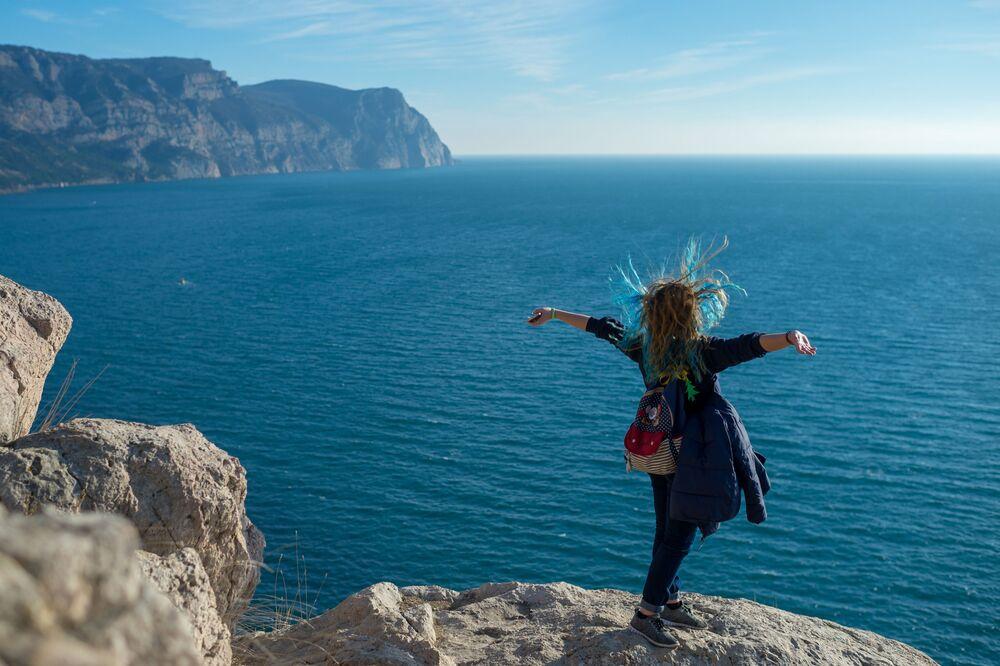Ragazza sulla scogliera di Balaklava in Crimea