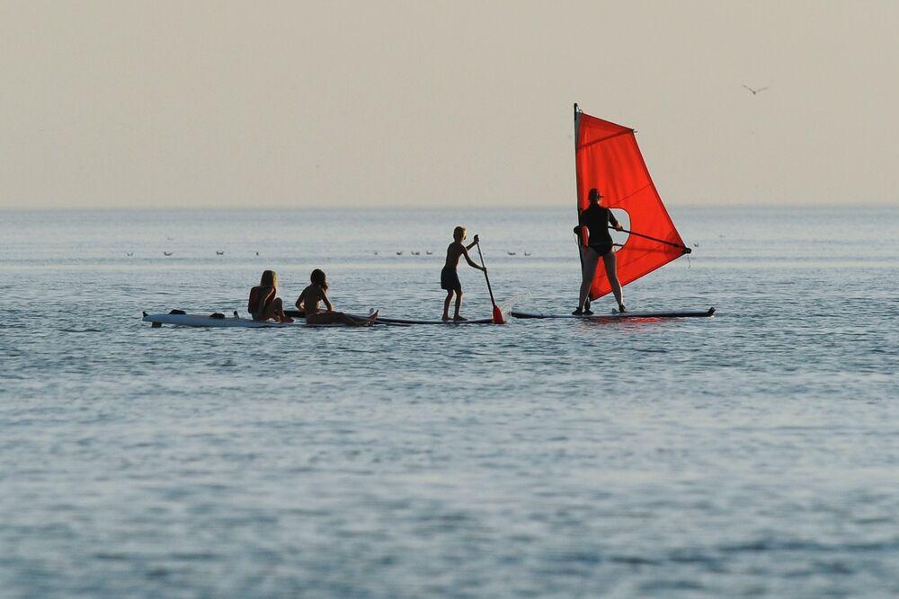 Vacanzieri sul windsurf nel Mare di Azov nella regione di Rostov