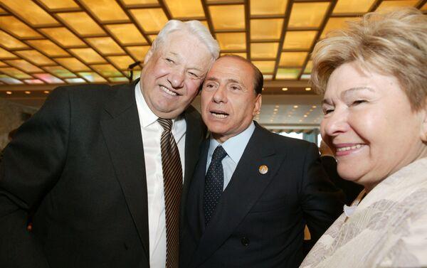 Silvio Berlusconi (al centro) con l'ex presidente russo Boris Yeltsin (a sinistra) e sua coniuge Naina Yeltsina (a destra), 2005 - Sputnik Italia