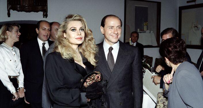 Il politico italiano Silvio Berlusconi con sua coniuge Veronica Lario, 1991
