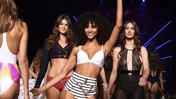 Le modele di Etam, brand di moda intima francese, al fashion show di Parigi. - Sputnik Italia