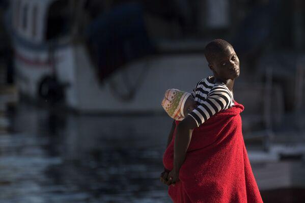 Una donna migrante all'arrivo al porto di Malaga, Spagna. - Sputnik Italia