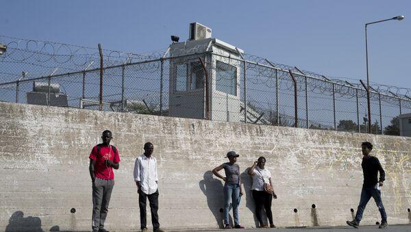 Migranti stanno fuori le mura del campo per i rifugiati di Moria nell'isola di Lesbo, Grecia. - Sputnik Italia