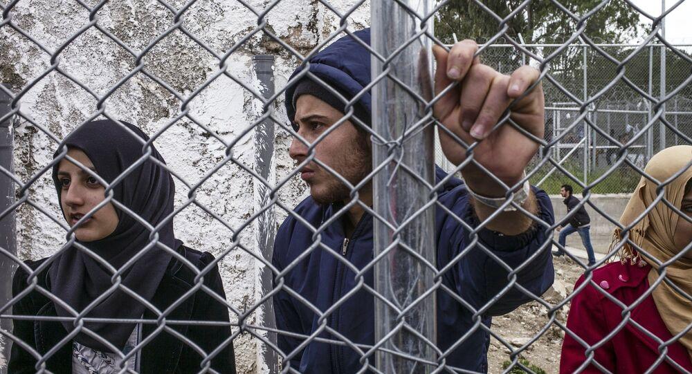 Rifugiati siriani stanno nel campo di Moria durante la manifestazione contro l'accordo tra l'UE e la Turchia sulla Lesbo