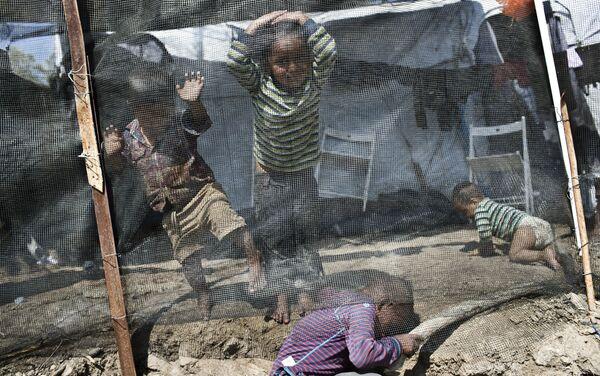 Bambini nel campo per i migranti di Moria sull'isola di Lesbo, Grecia - Sputnik Italia