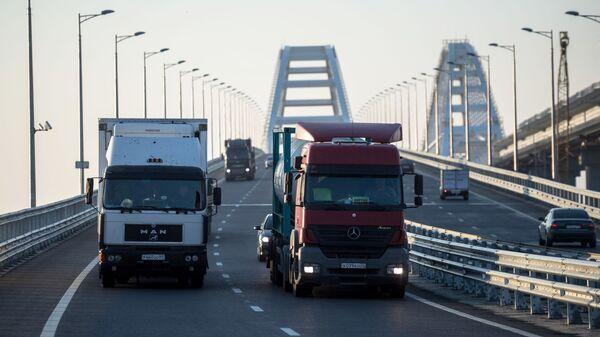 All'alba sul ponte di Crimea sono passati centinaia di camion - Sputnik Italia
