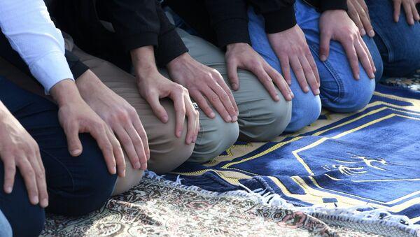 Musulmani in preghiera il giorno del Usara-Bairam a Kazan - Tatarstan - Sputnik Italia