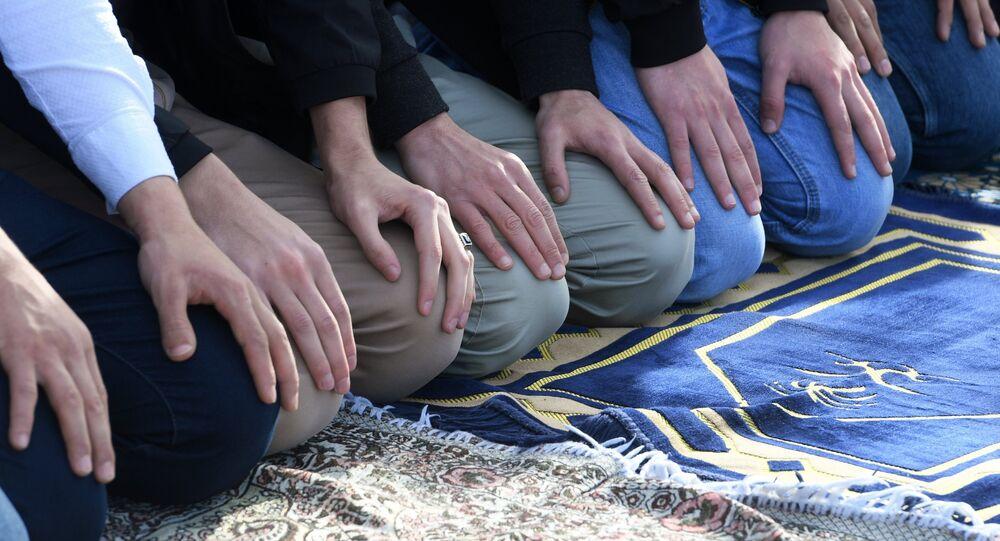Musulmani in preghiera il giorno del Usara-Bairam a Kazan - Tatarstan