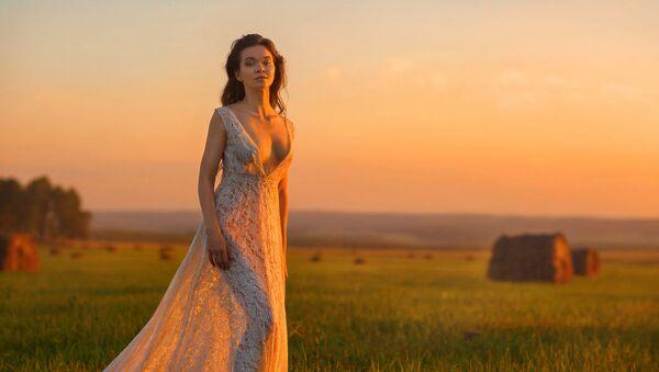 La bellezza russa sullo sfondo della natura rurale - Sputnik Italia