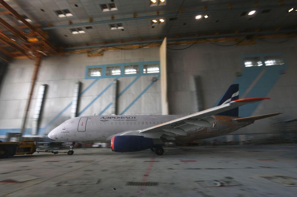Aeroflot vernicia i suoi SSJ-100.