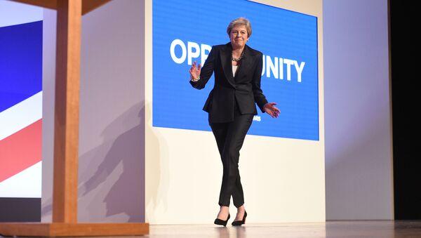 Il Primo Ministro Theresa May balla alla conferenza stampa del Partito Conservatore del 2018 a Birmingam - Sputnik Italia