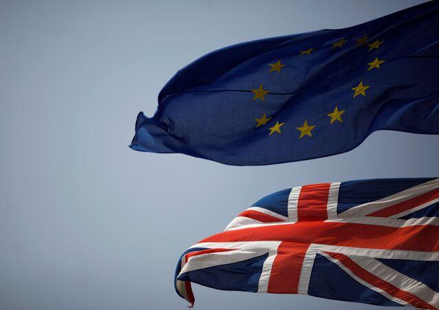 Le bandiere di Regno Unito e UE