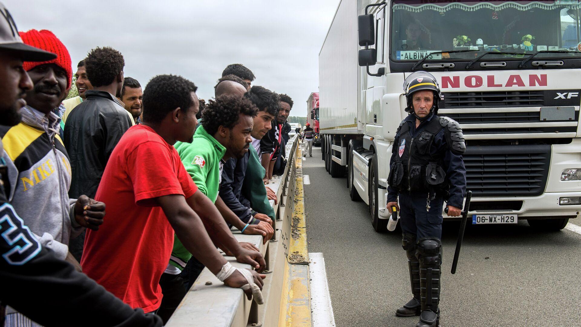 Migranti al confine con la Francia - Sputnik Italia, 1920, 05.05.2021
