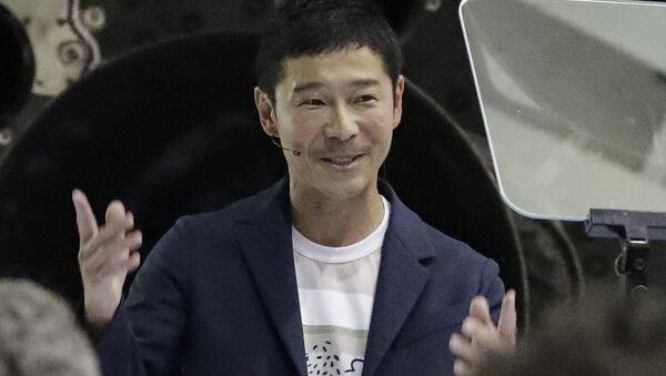 Il miliardario giapponese Yusaku Maezawa parla dopo che il fondatore e amministratore delegato di SpaceX Elon Musk lo ha annunciato come la persona che sarebbe stata il primo passeggero privato in un viaggio intorno alla luna, lunedì 17 settembre 2018, a Hawthorne, in California. - Sputnik Italia