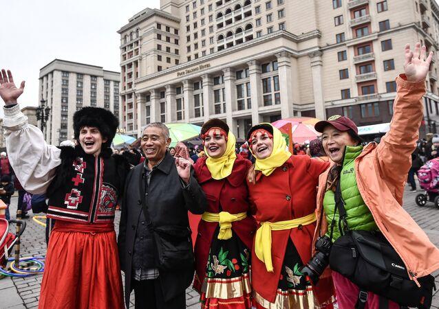 Turisti cinesi con i partecipanti al festival Giorno dell'unità del popolo a Mosca