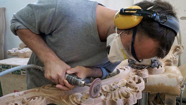 Un operaio al lavoro in un mobilificio - Sputnik Italia