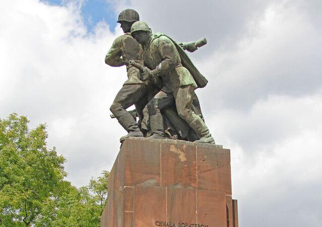 Monumento militare sovietico (foto d'archivio)