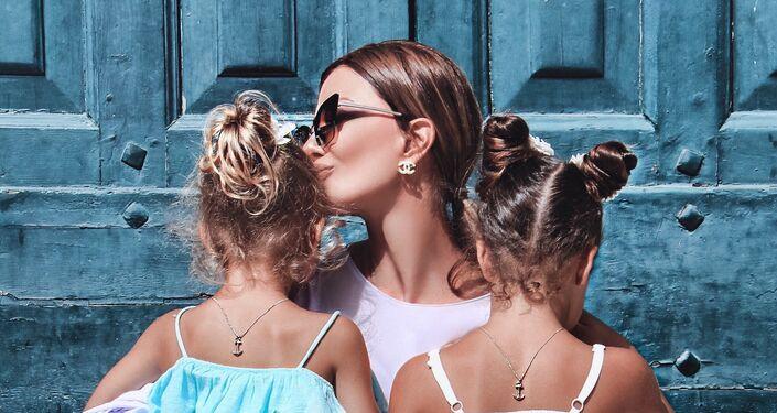 Zaklina con sue nipotine.